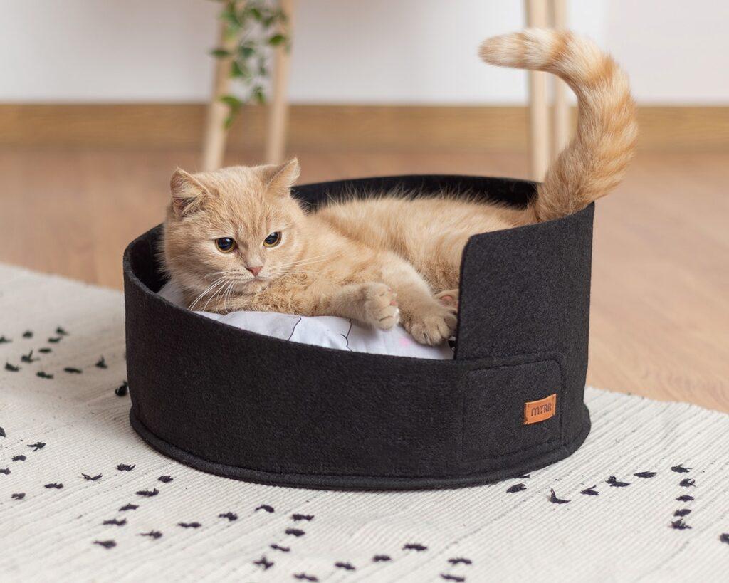 Лежанка для кошки из черного войлока