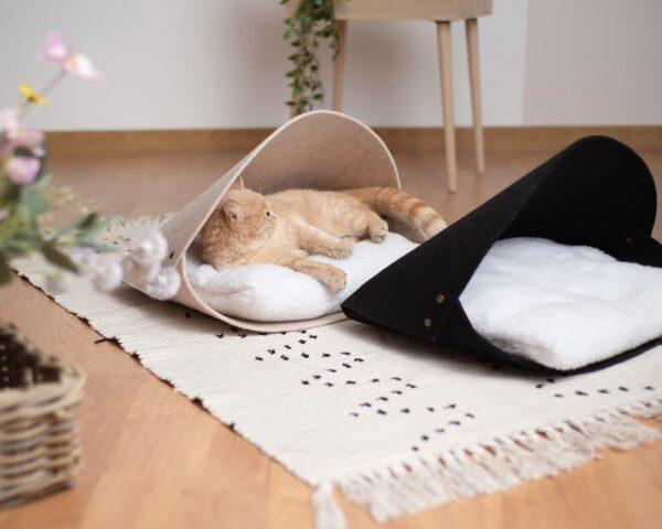 Кошка отдыхает в лежаке
