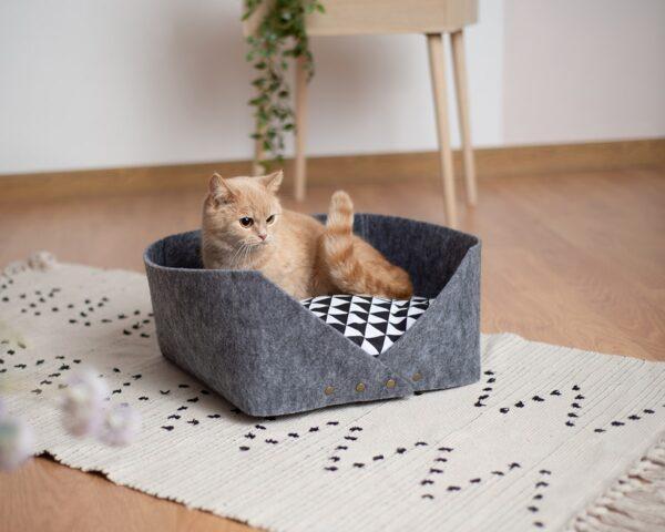 Лежак с кошкой
