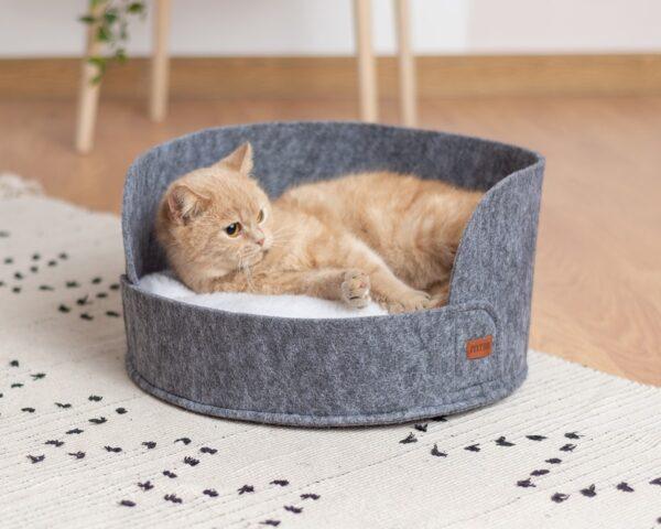 Серый лежак для кота из войлока