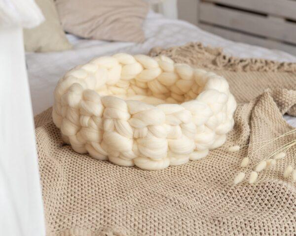 Лежанка для кошки из мериносовой белой шерсти