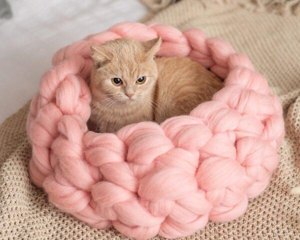 Вязаный лежак для кошки