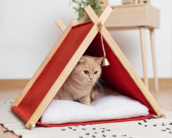 Домик для кошки с колокольчиком