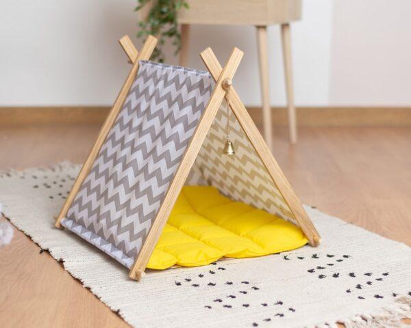 Домик для кошки с желтой подушкой