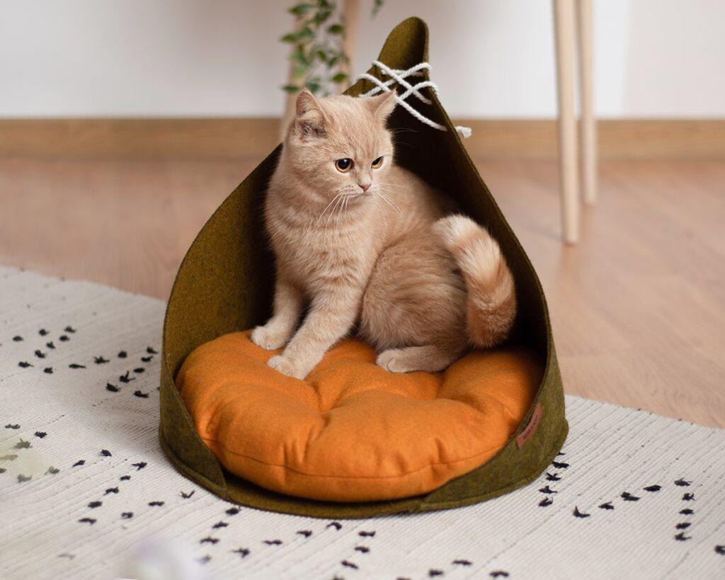 Домик для кошки с рыжой подушкой